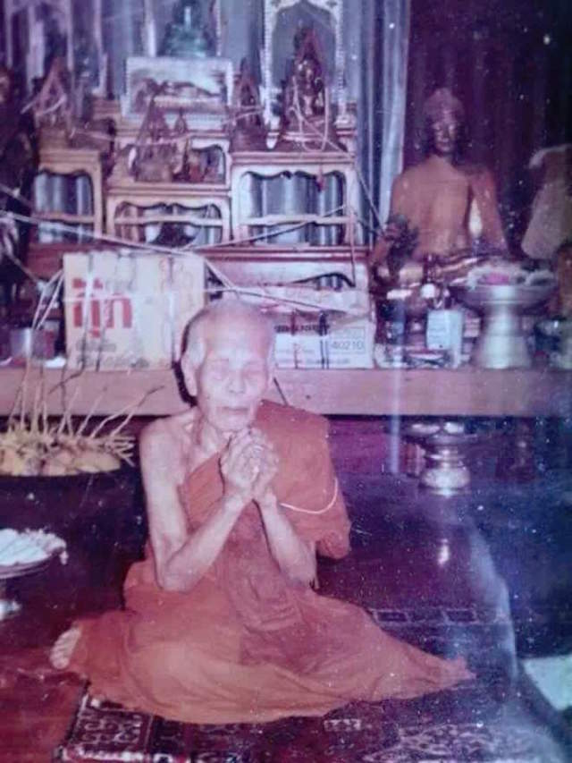 Luang Phu Kroo Ba Ban Praying